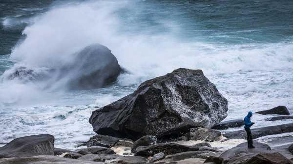 Сильный ветер в 10 областях и огромные волны в Варне и Добриче
