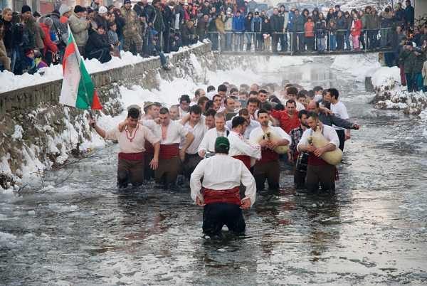 Сегодня в Калофере танцуют хоро в реке