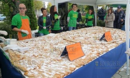 В Болгарии изготовили 275 метровый пирог-тыквенник