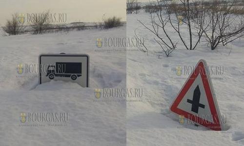 Сугробы в районе Варны поглотили дорожные знаки