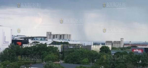 Торнадо пронесся в районе Бургаса, град насыпал в Созополе