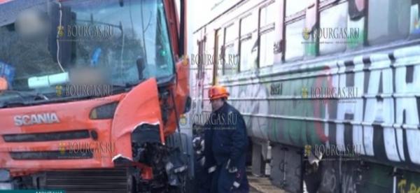 В болгарском городке Монтана грузовик не разъехался с поездом