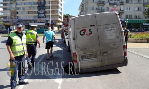 В Болгарии в центре Шумена провалился микроавтобус