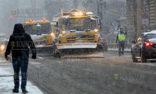 Более 120 автомашин убираю снег с улиц Софии