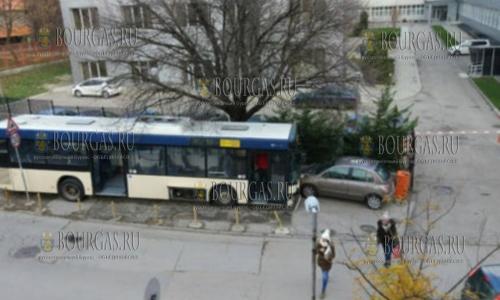 В Варне автобус «убежал» от водителя и при этом помял припаркованные авто