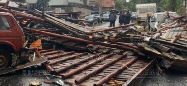 Сегодня ураган снес крыши нескольких домов в Смоляне