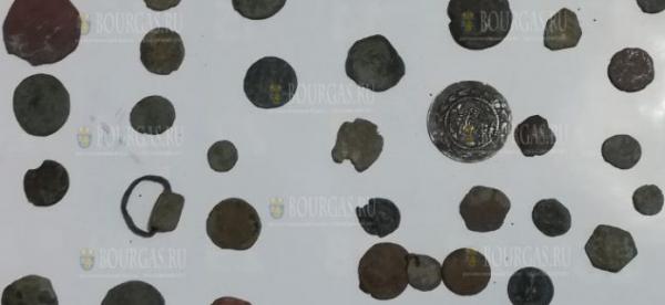 При обыске в Поморие нашли ценные монеты и артефакты