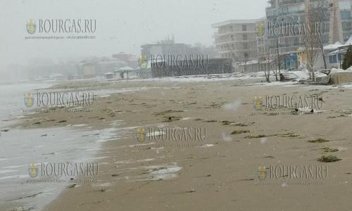 Из-за шторма пострадали пляжи Солнечного Берега и Несебра