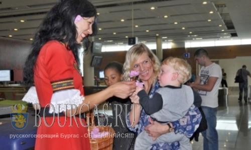 Туристов в аэропорту Бургаса встречают болгарскими розами