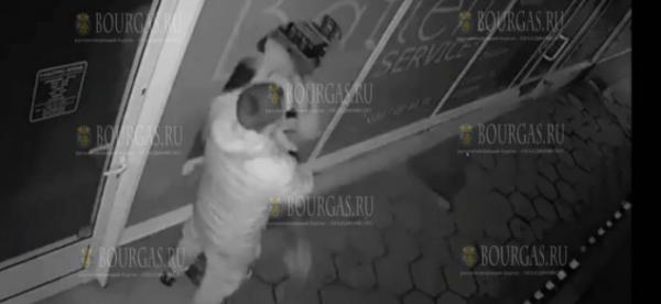 Болгарка в ходе ссоры с молодым человеком разбила головой витрину магазина (ВИДЕО:)