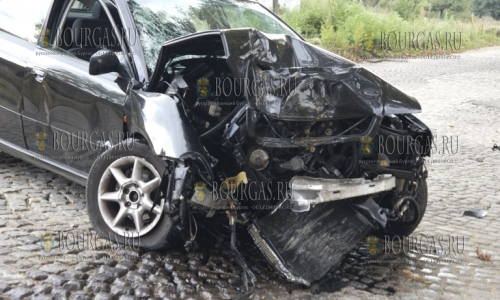 Два автомобиля столкнулись лоб в лоб на АМ Русе-Бяла