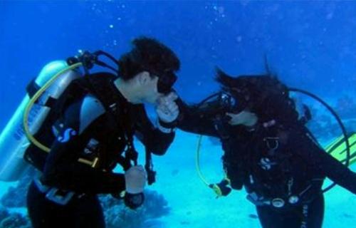 На Солнечном берегу церемонию бракосочетания проводят уже под водой…