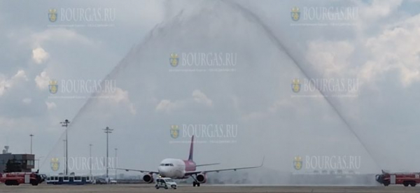 Водным салютом встретили первый рейс Wizz Air в Бургасе