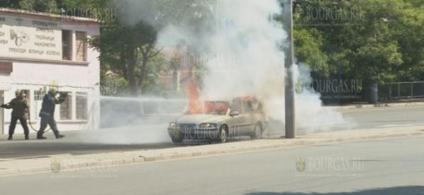 В Бургасе на перекрестке загорелся авто