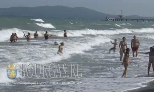 На пляжи Бургаса снова вернулось мертвое волнение