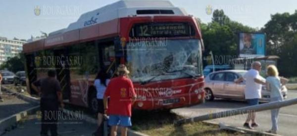 Автобус разбился на оживленной улице в Бургасе