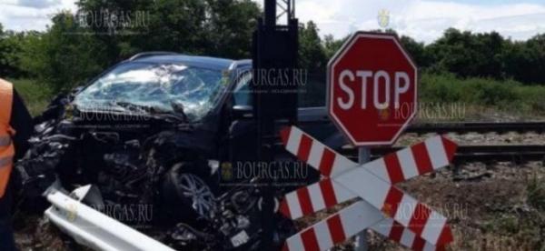 Поезд София-Бургас на ж/д переезде врезался в автомобиль, один человек погиб